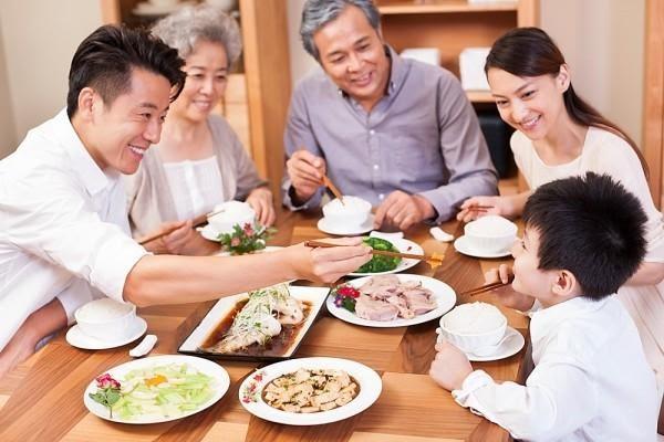 Mơ thấy ăn cơm với gia đình mình thể hiện sự vui vẻ hạnh phúc của bạn